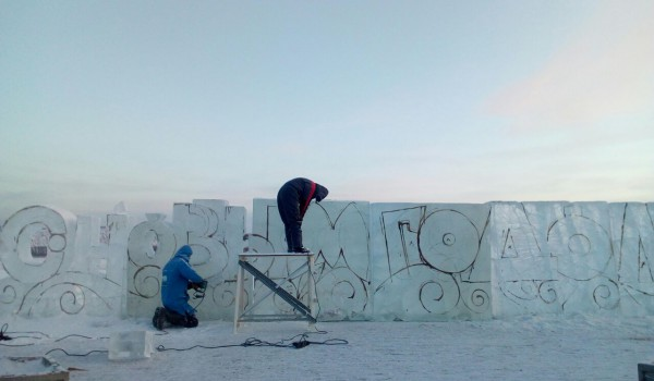 На набережной начали строить Ледовый городок